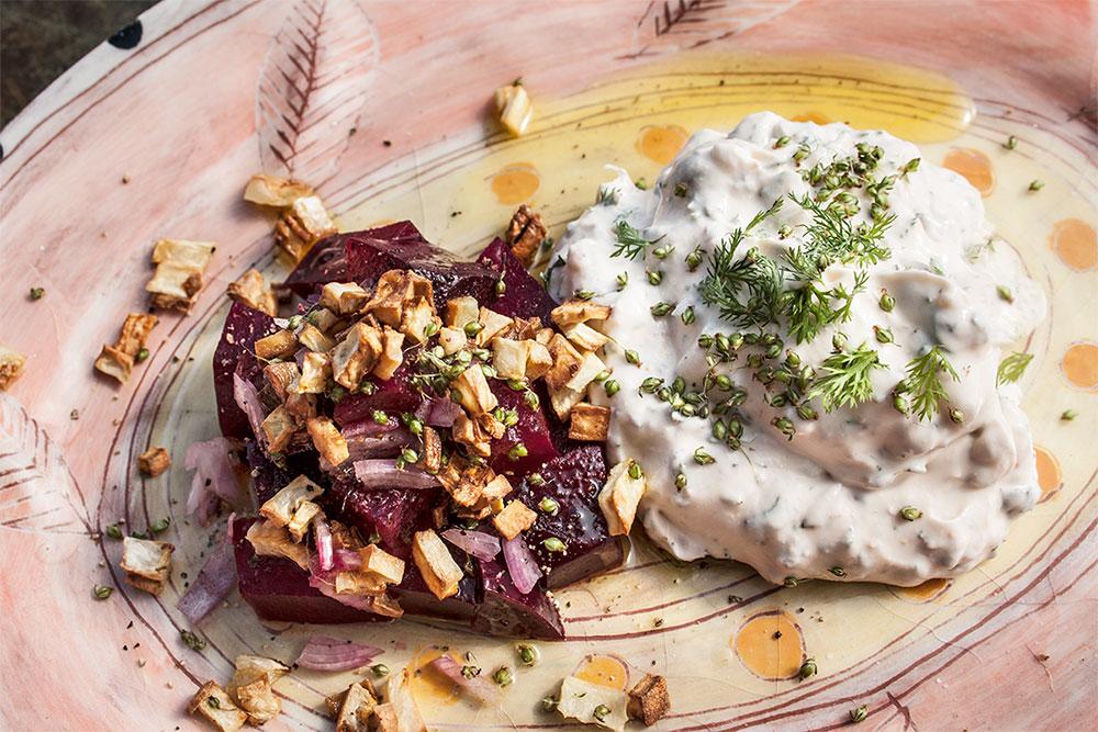 Rote Bete-Salat mit Wildkräuterquark