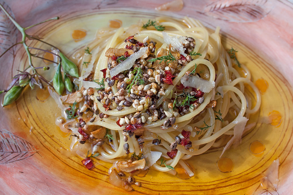Spaghetti aglio e olio mit Springkrautsamen