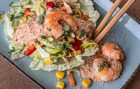 Asiatischer Salat mit Erdnuss-Soße