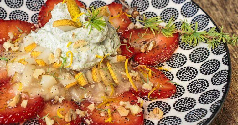 Erdbeer-Carpaccio mit Birnenmus und Lärchensahne