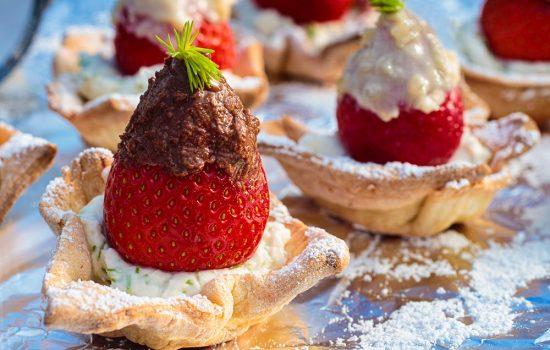 Beschwipste Erdbeeren auf Fichtenspitzenbett