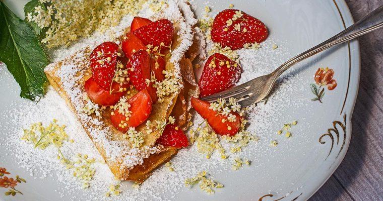 Crêpes mit Erdbeersalat und Holunderblüten
