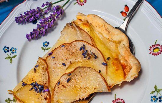 Birnenflammkuchen mit Lavendel