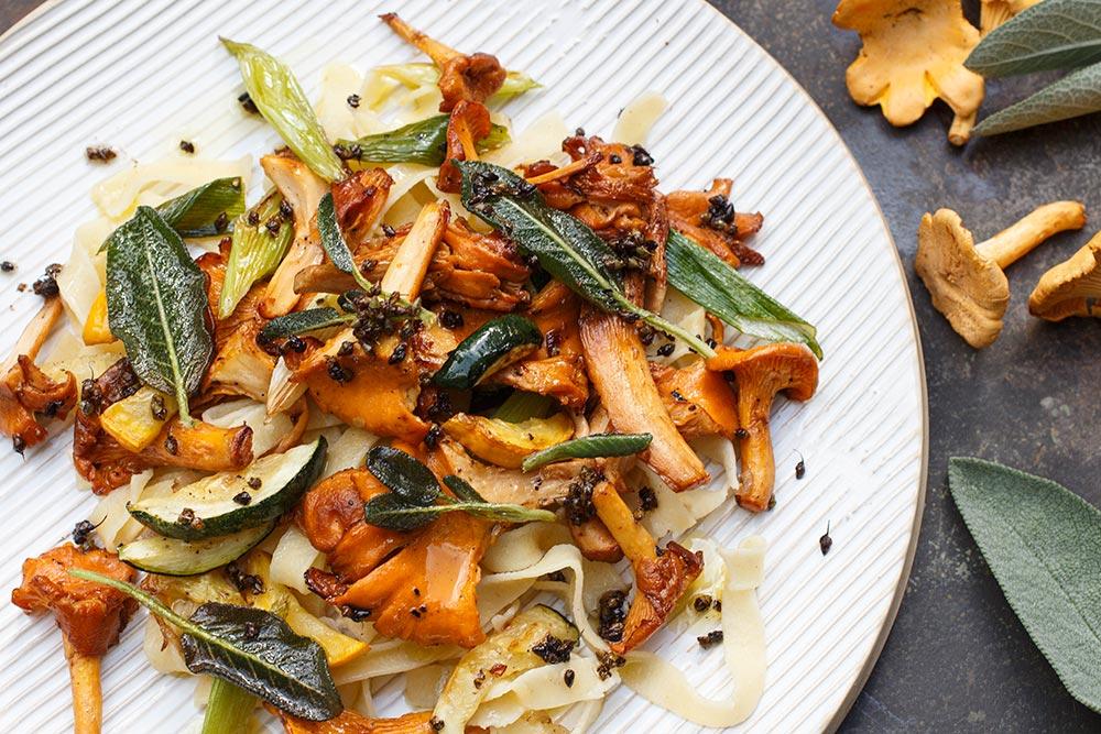 Pfifferlingpfanne mit Zucchini, Breitwegerich und Salbei