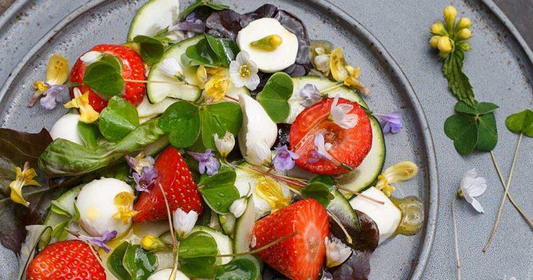 Frühlingssalat mit Sauerklee und Erdbeeren