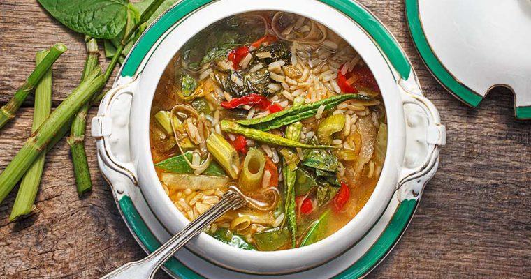 Gemüsesuppe mit japanischem Knöterich